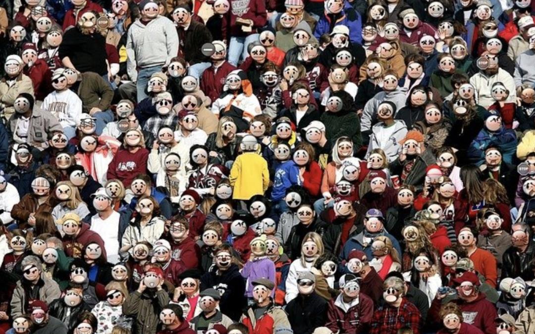 une personne au milieu foule